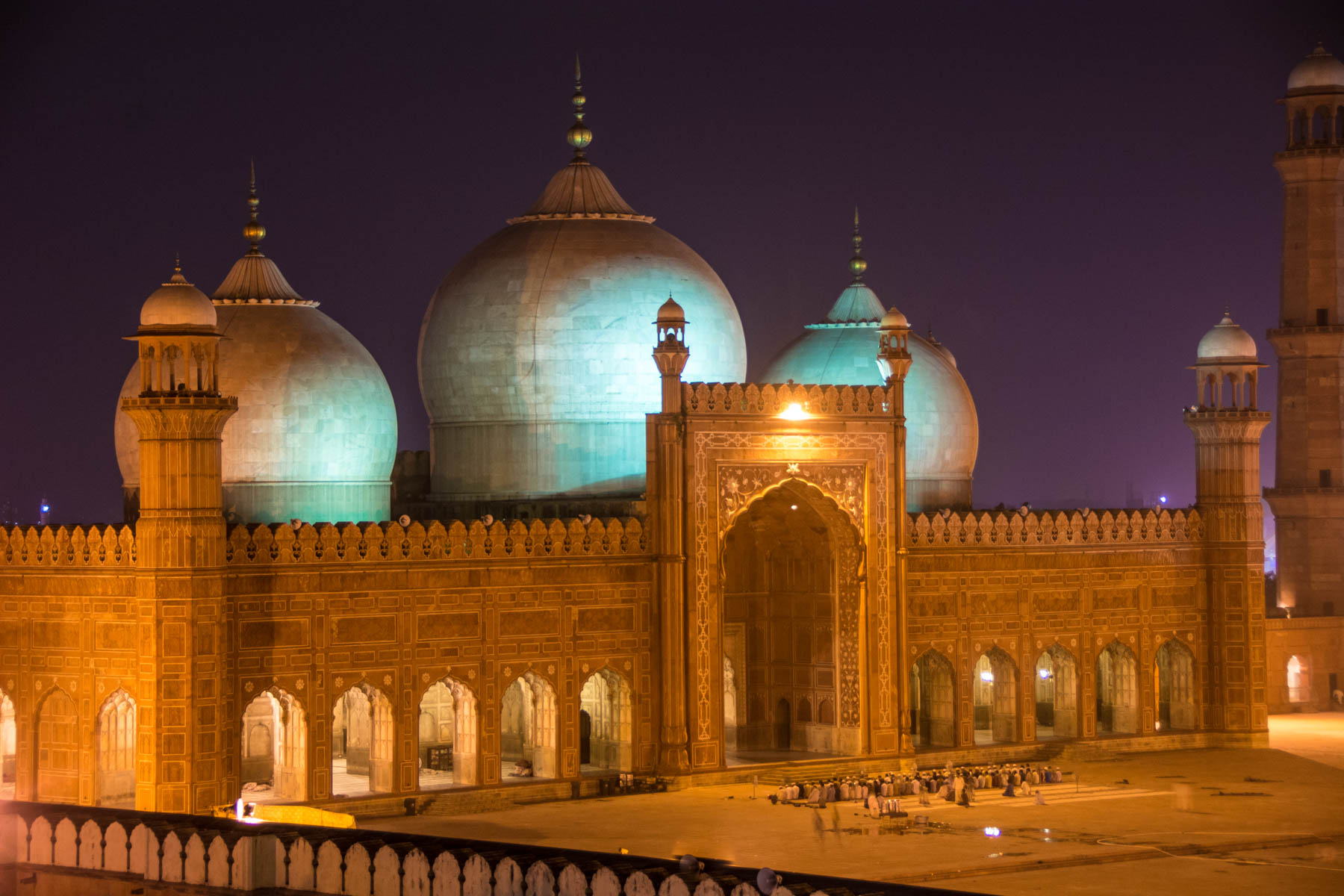 Travel in Pakistan during Ramadan - Evening prayer at Badhshahi mosque in Lahore - Lost With Purpose
