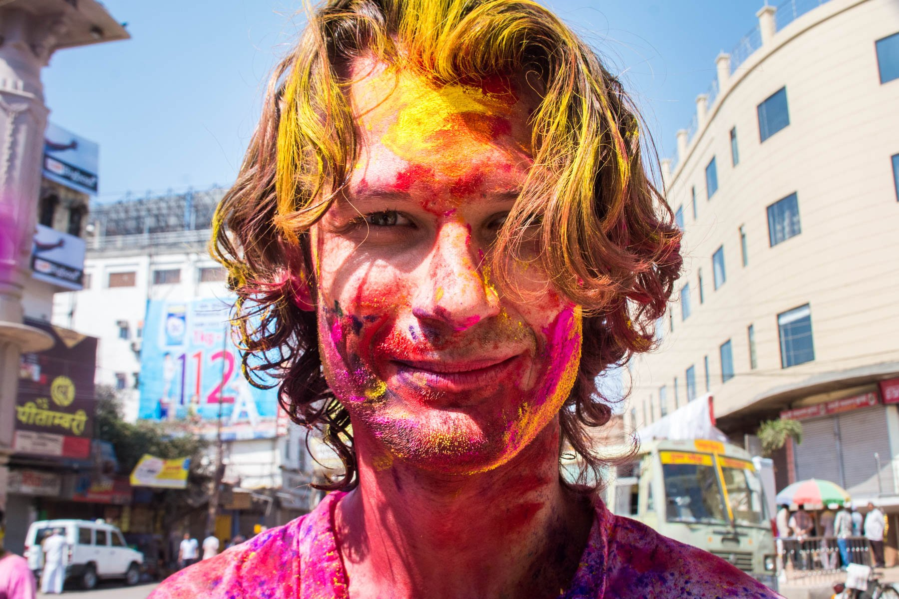 What you need know about playing Holi in Varanasi, India - Sebastiaan as a foreigner target - Lost With Purpose