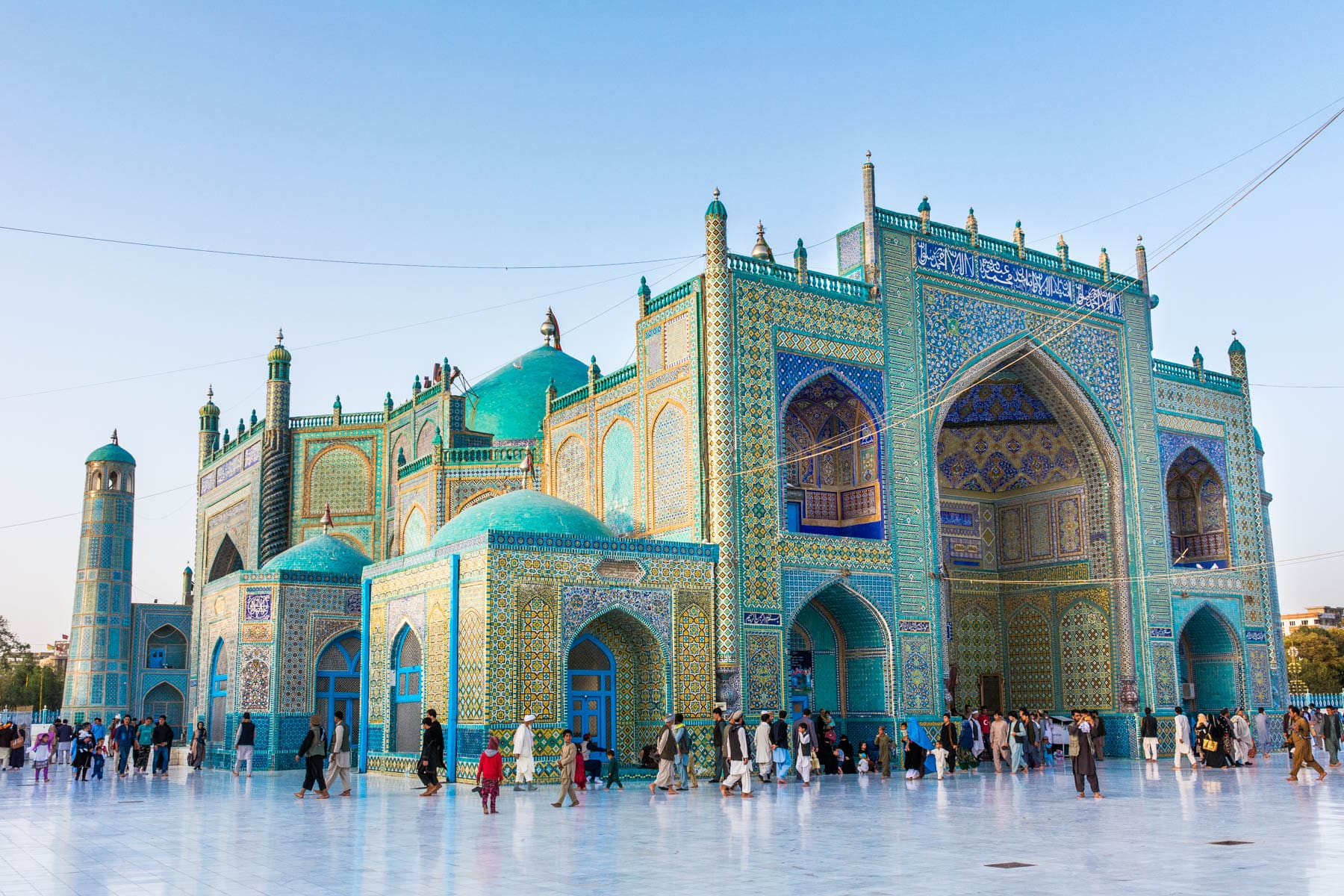 Photos of Mazar-i-Sharif, Afghanistan - Crowds at the Blue Mosque in Mazar at sunset - Lost With Purpose