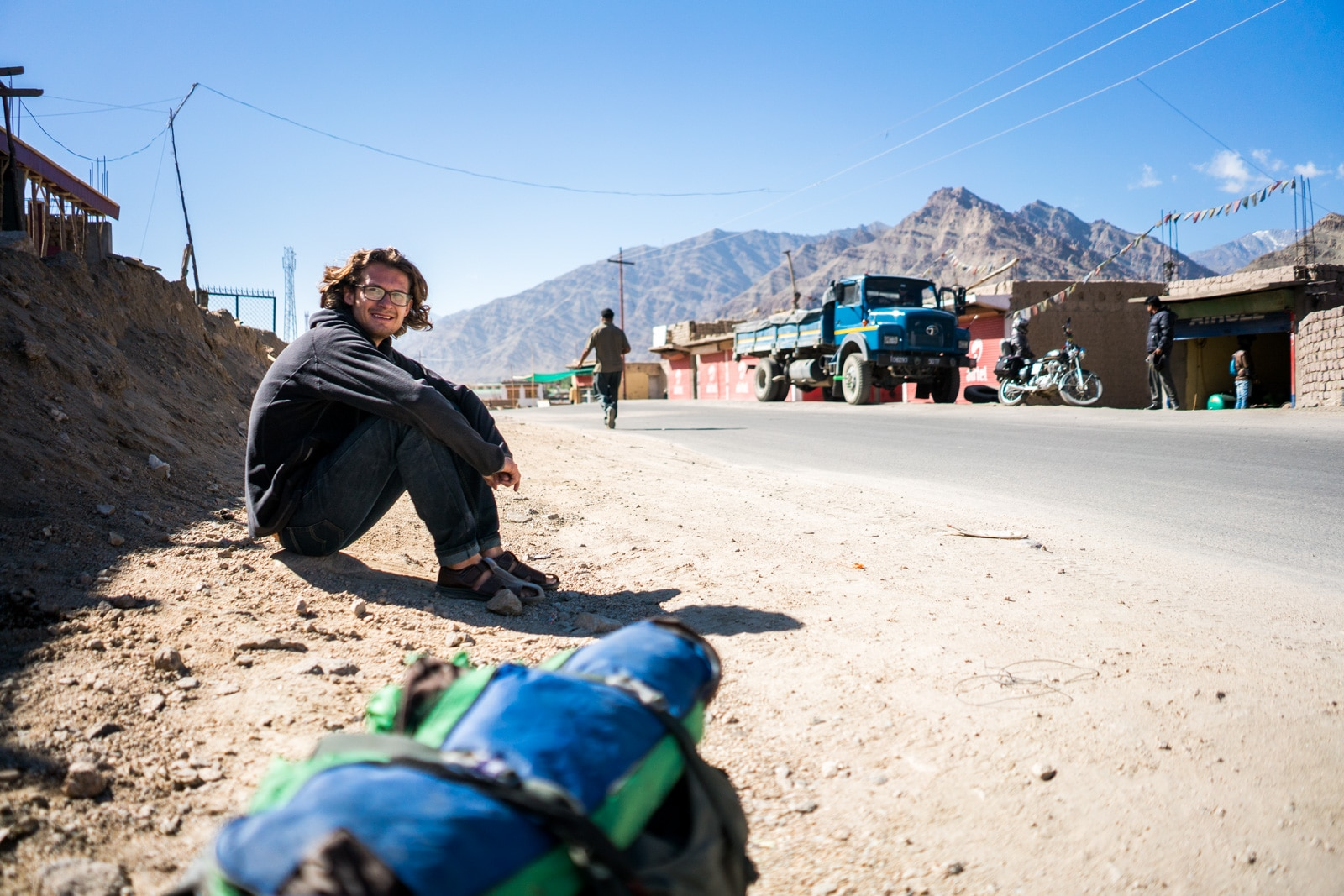 Waiting while hitchhiking the Leh - Manali highway - Sebastiaan on the roadside - Lost With Purpose travel blog