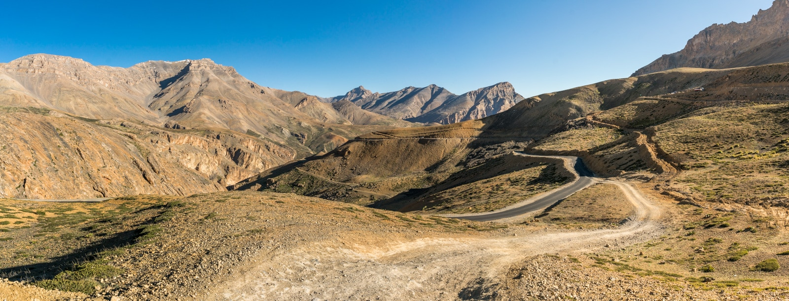 Hitchhiking the Leh - Manali highway - Dirt road in Ladakh - Lost With Purpose travel blog