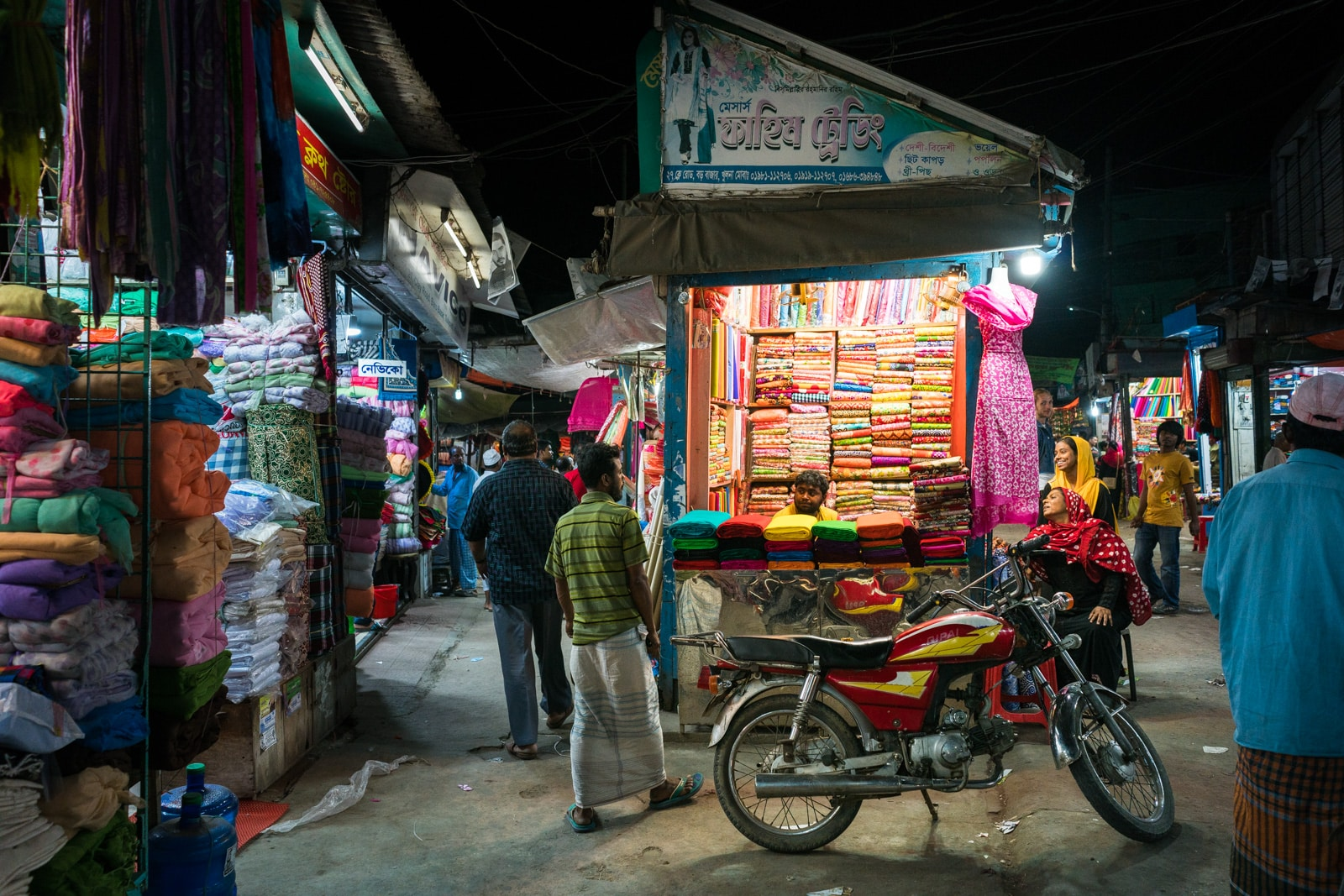Backpacking in Bangladesh travel guide - Night at Boro Bazar market in Khulna - Lost With Purpose travel blog