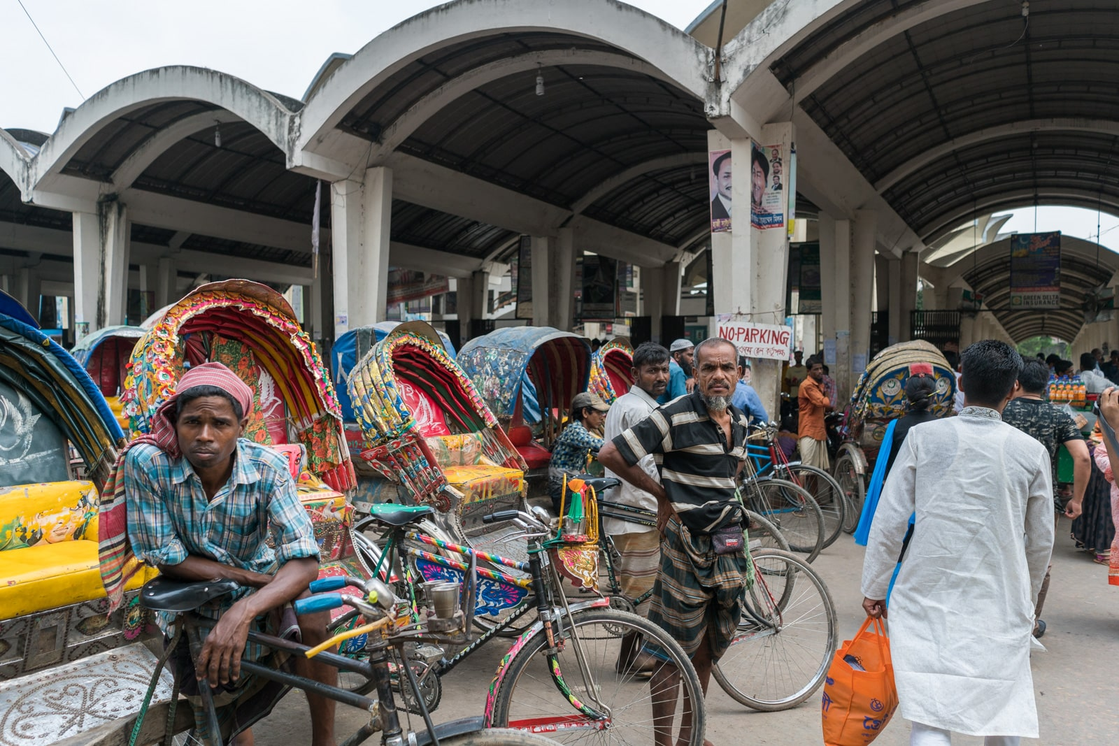 Cross from Bangladesh to India by train - Rickshaw drivers outside Dhaka Kamalapur railway station - Lost With Purpose travel blog