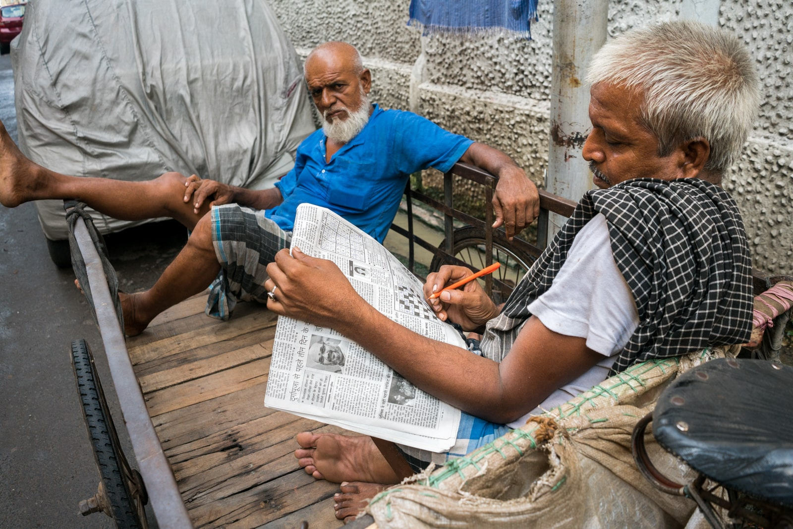 Reasons Kolkata is my favorite Indian megacity - Cart pullers doing crossword puzzles - Lost With Purpose travel blog