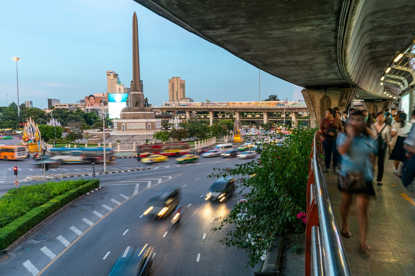 Receptra Naturals review - Victory monument in Bangkok, Thailand in the evening - Lost With Purpose travel blog