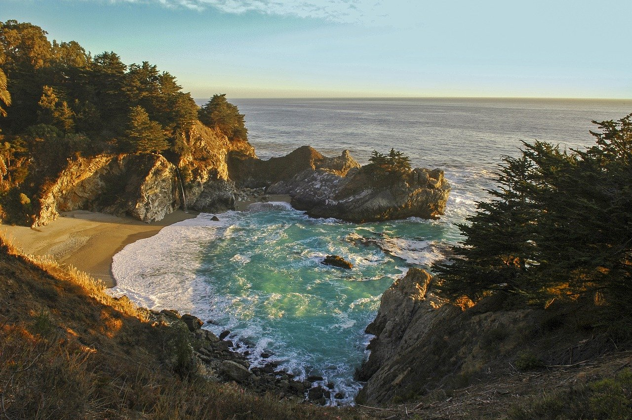 Amazing beaches on the Pacific Coast Highway: Waterfall at Pfeiffer Beach in Big Sur, California